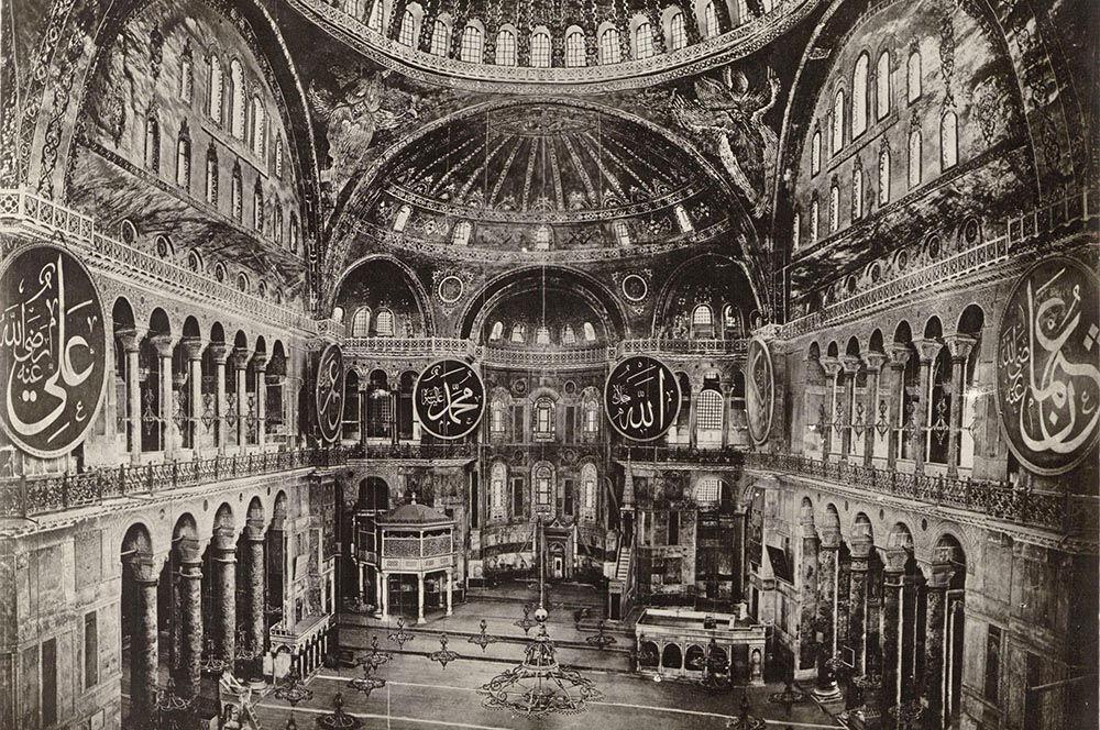 Последнее христианское богослужение в Святой Софии состоялось в ночь с 28 на 29 мая 1453 года. 29 мая ворвавшиеся в храм османы убили всех, кто в нем находился, подвергнув храм разграблению.