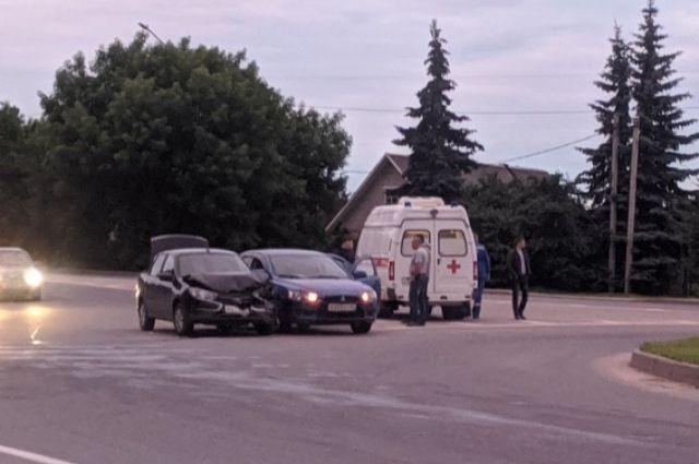 Беременная девушка пострадала в ДТП с Lada и Mitsubishi в Смоленске