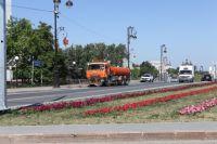 Из-за жары тюменские дороги поливают ледяной водой