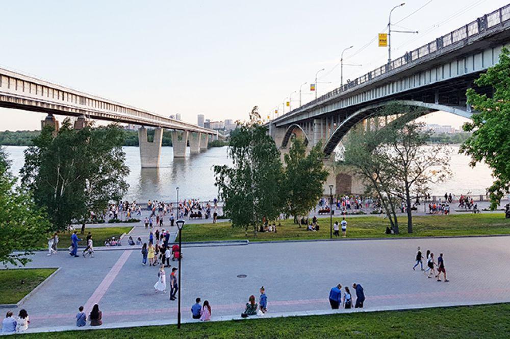 Конечно, без посиделок у реки и любования мостами жить новосибирцы не могут. Неспешные и теплые дни - как прекрасно лето!