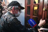 Михаил Ефремов возвращается домой после допроса.