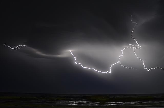 В Донецкой области в парня и девушку ударила молния