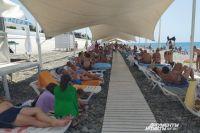 14 июля в Сочи запретили купаться, но на пляжах все равно много людей.