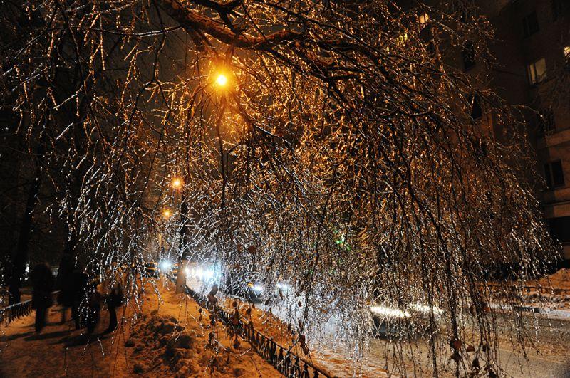 Зимой 2010 года в московском регионе прошел ледяной дождь. Он обрушился на Москву и Подмосковье в преддверии Нового года. 25 декабря шли продолжительные осадки в виде мороси, которые замерзли, из-за чего на утро абсолютно все оказалось покрыто ледяной коркой.