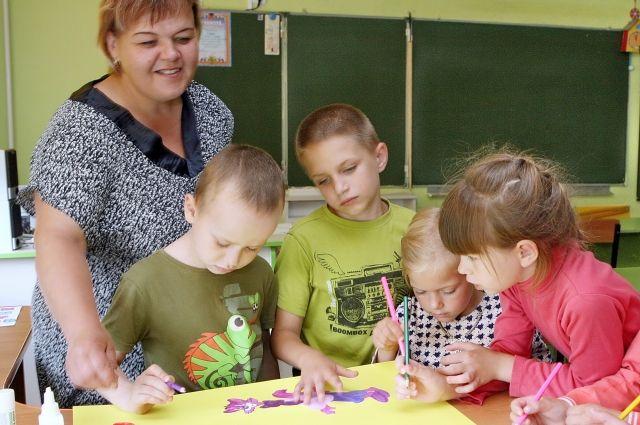 Младшие школьники обожают изобразительное творчество.