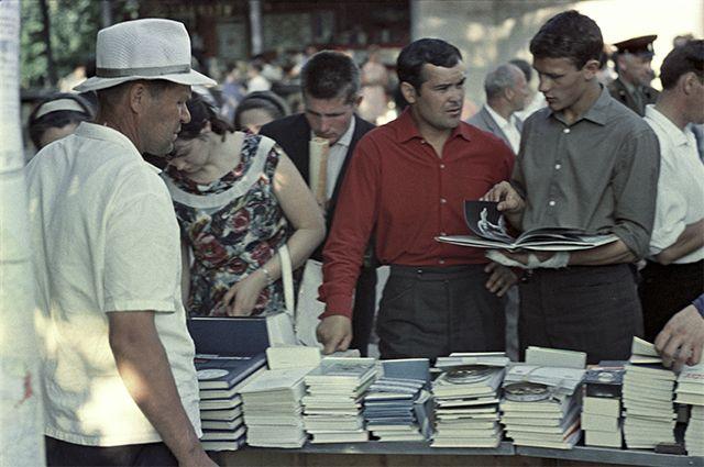 Книжный базар в Ленинграде. 1966 год.