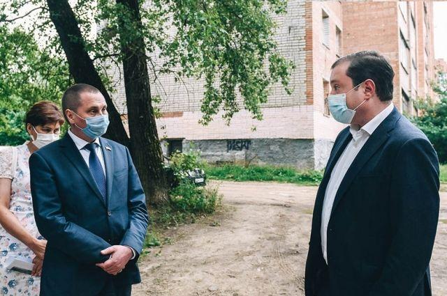 Алексей Островский (справа) и Андрей Борисов (слева) обсуждают благоустройство нового сквера на улице Николаева.
