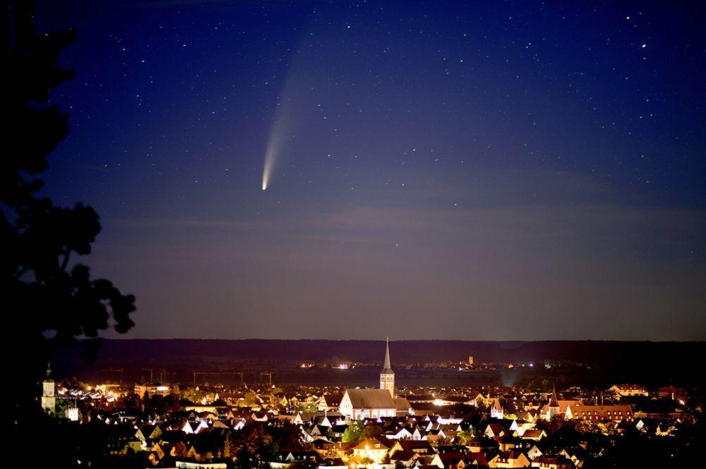 Комета над городом Миндельхайм в Баварии, Германия.