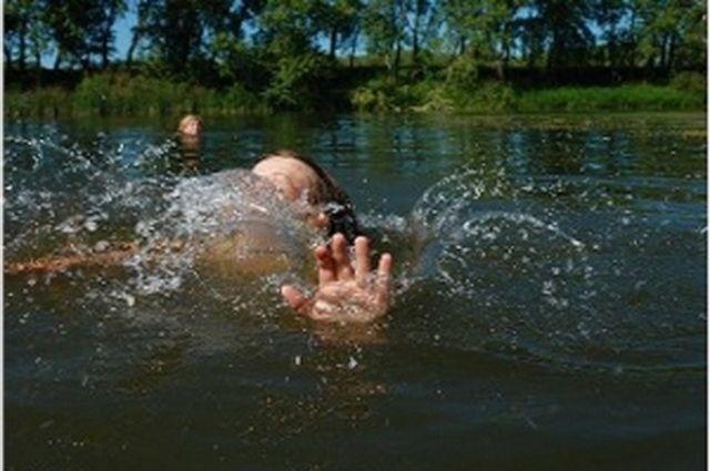 Приятели мальчика попытались его спасти, но течение реки было очень сильным, глубина большой, а птому помочь тонущему не удалось.