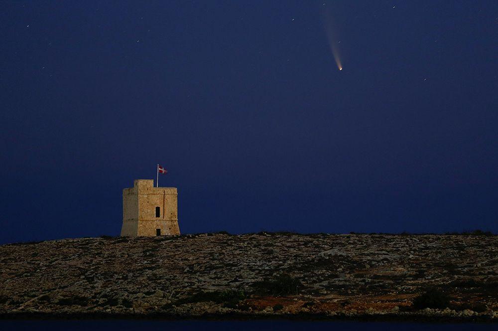 Комета в небе над Мальтой.