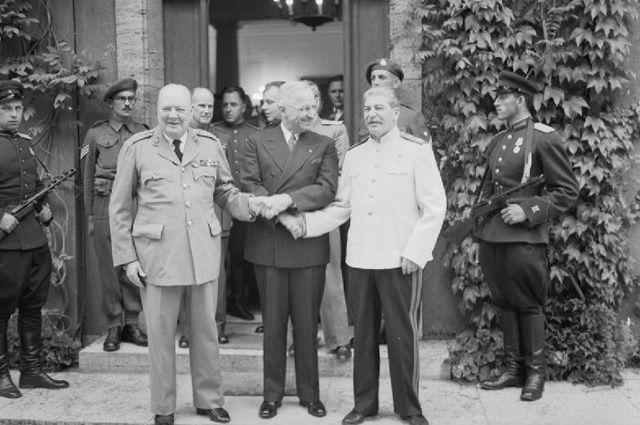 Уинстон Черчилль, Гарри Трумэн и Иосиф Сталин на Потсдамской конференции.