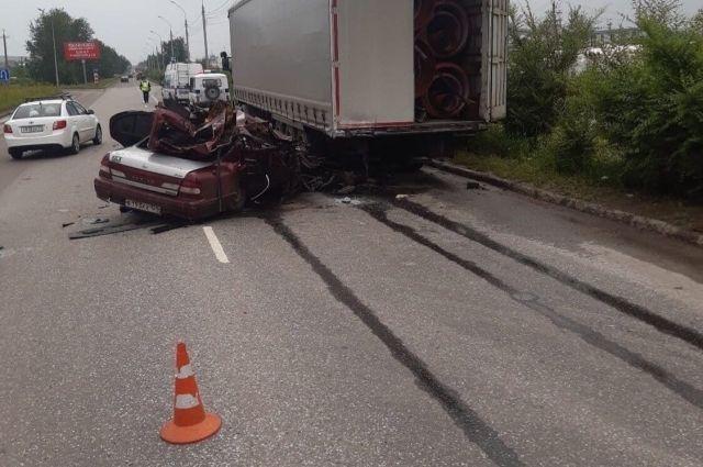 Водитель Nissan врезался в стоящий грузовик Sсania.