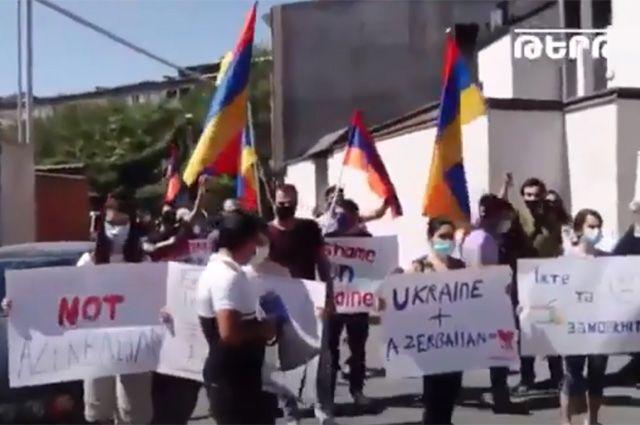Протестующие у посольства Украины в Ереване.