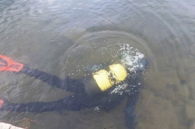Его тело ищут спасатели.