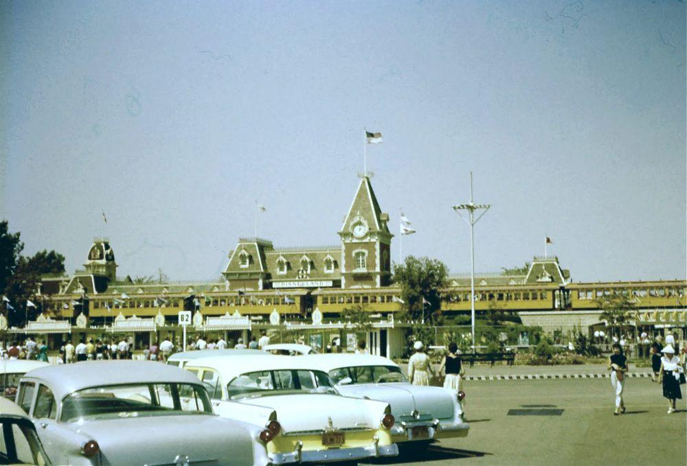 Главные ворота «Диснейленда» и автостоянка, 1957 год.
