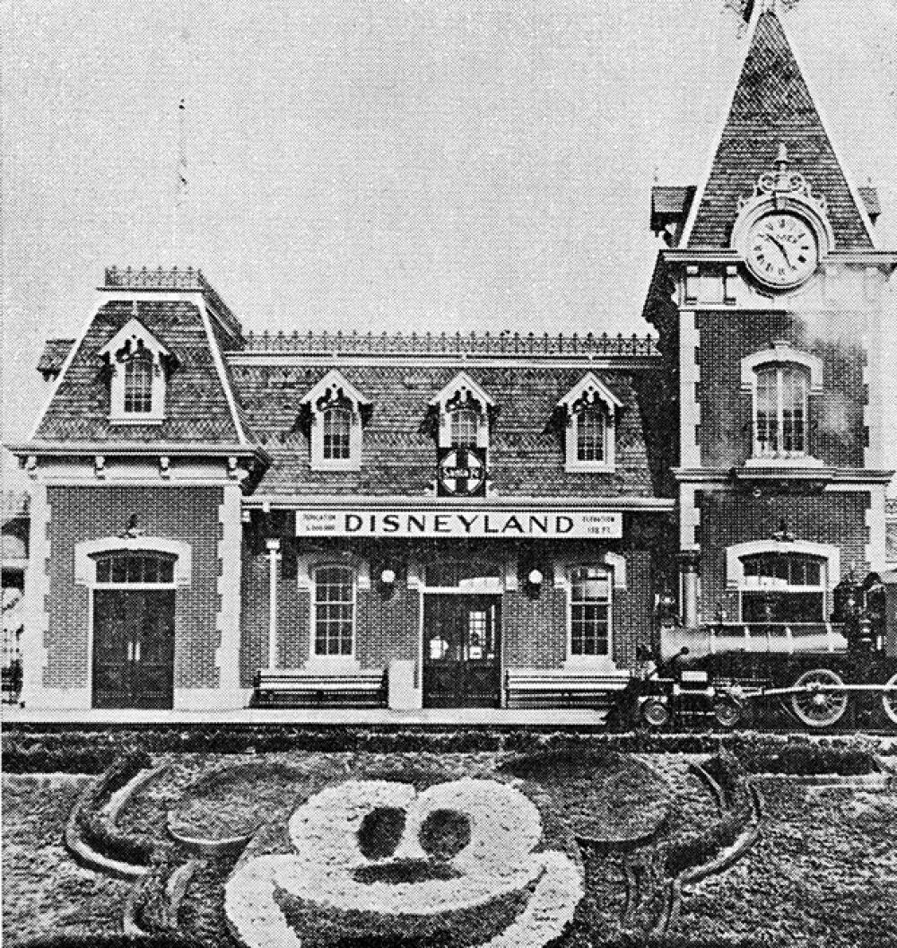 Наблюдая за ними, Дисней задумался о парке, куда бы могли прийти дети с родителями, чтобы весело провести вместе время. На фото: вход в «Диснейленд», 1956 год.