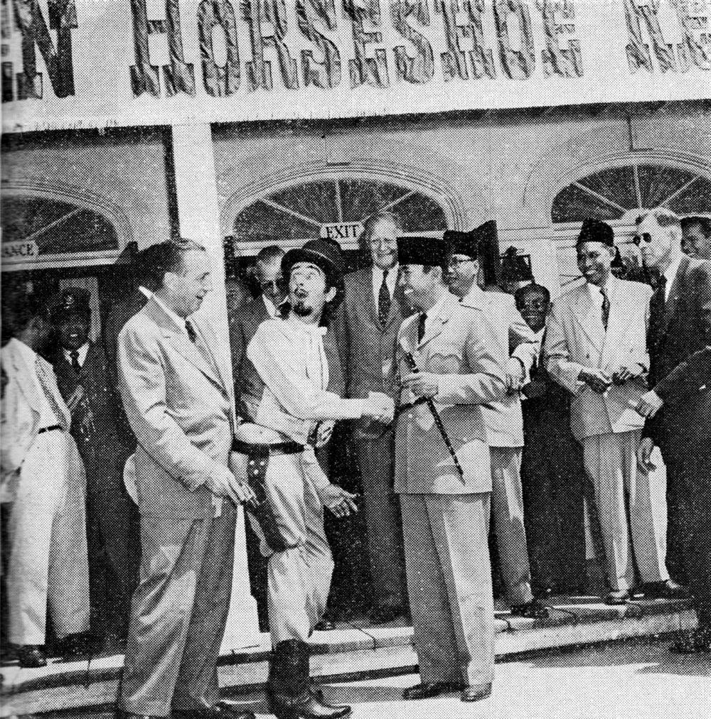 Перед салуном «Золотая подкова», 1957 год.