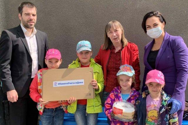 Тюменские депутаты подарили школьникам из многодетных семей ноутбуки