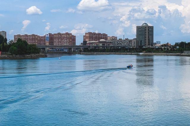 Несмотря на то, что купаться в Краснодаре нельзя, на Кубанской Набережной летом нередко кто-то, да ныряет в прохладную реку.