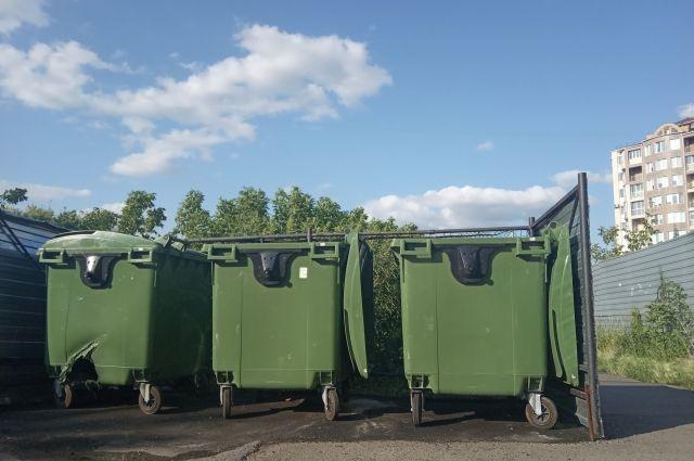 В Тюмени рабочие вылили бетон в контейнер для мусора