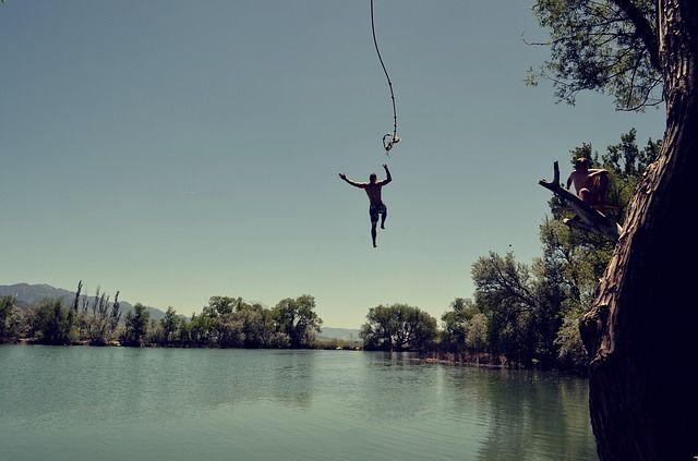 Мужчина зацепился за веревку и неудачно приземлился на мелководье.