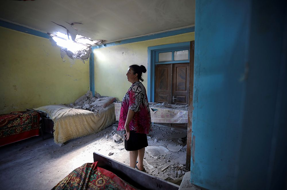 Женщина в доме, пострадавшем в результате обстрела, в селе Дондар Гушчу Товузского района Азербайджана.