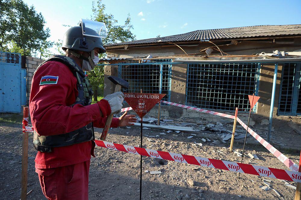 Сапер работает во дворе дома в селе Агдам Товузского района Азербайджана.