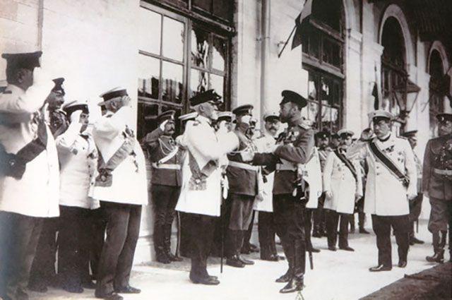 Государь император Николай II принимает рапорт губернатора В.М. Борзенко. Встреча императора на Московском вокзале.