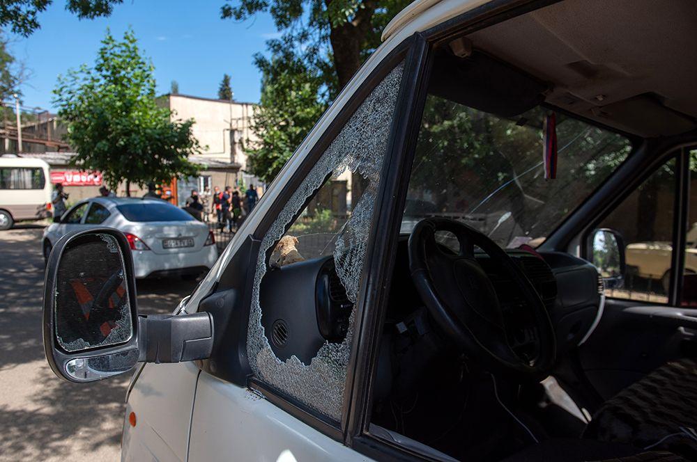 Автомобиль, поврежденный в результате обстрела на армяно-азербайджанской границе в селе Айгепар в Армении.