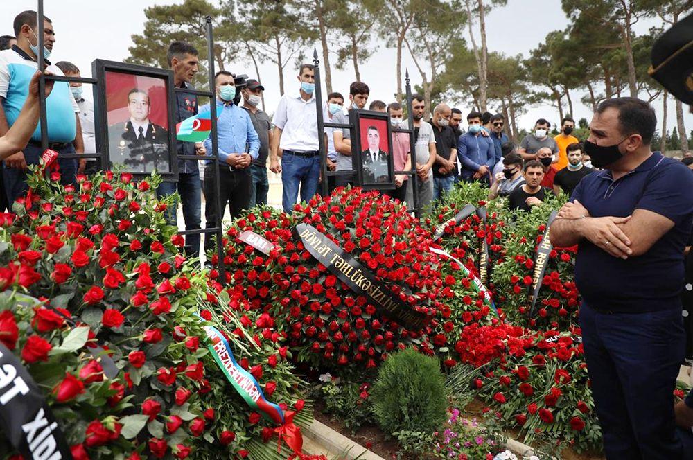 Похороны военнослужащих вооруженных сил Азербайджана генерал-майора Полада Гашимова и полковника Ильгара Мирзоева, погибших в ходе боевых действий на азербайджано-армянской границе.