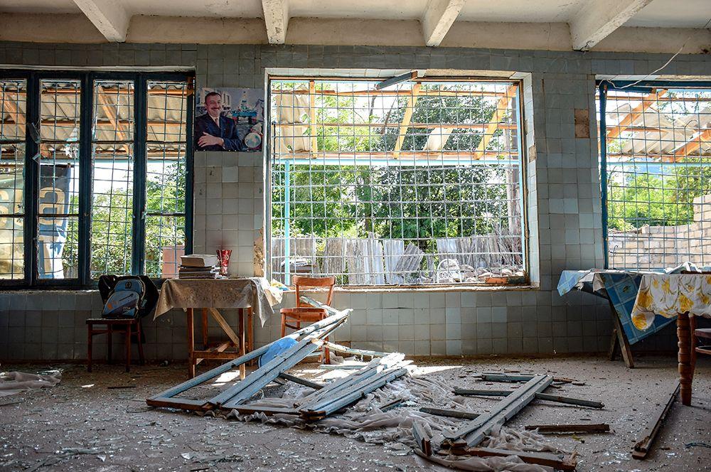 Повреждения в жилом доме, пострадавшем в результате обстрела на азербайджано-армянской границе в селе Агдам Товузского района Азербайджана.