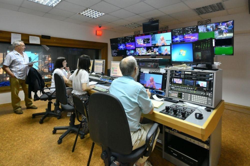 За происходящим в студии следят с нескольких мониторов.