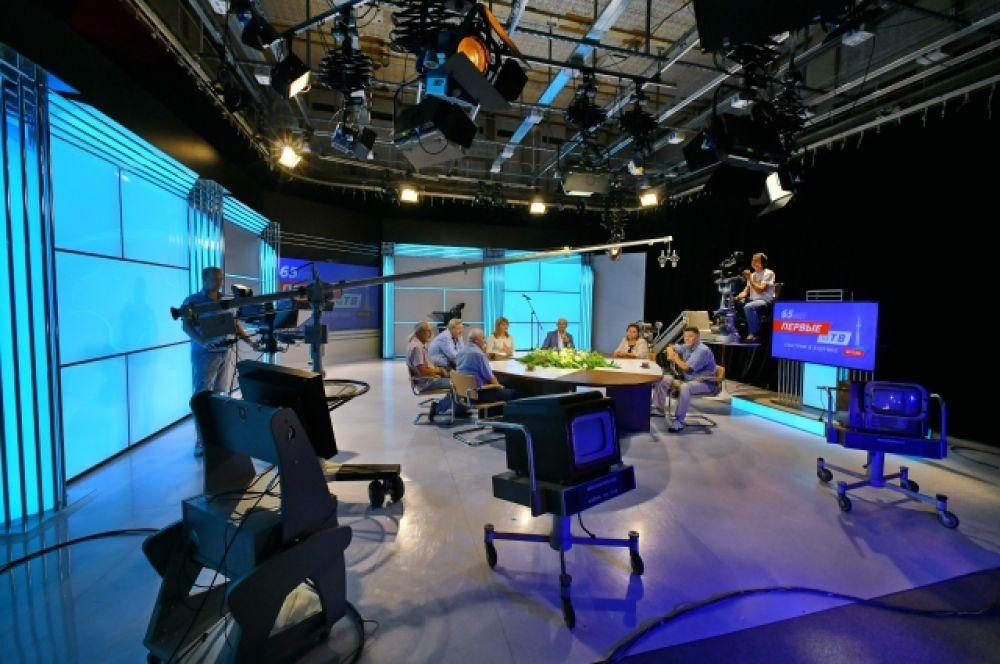Когда идёт запись передачи, в студии работает несколько камер и микрофонов.