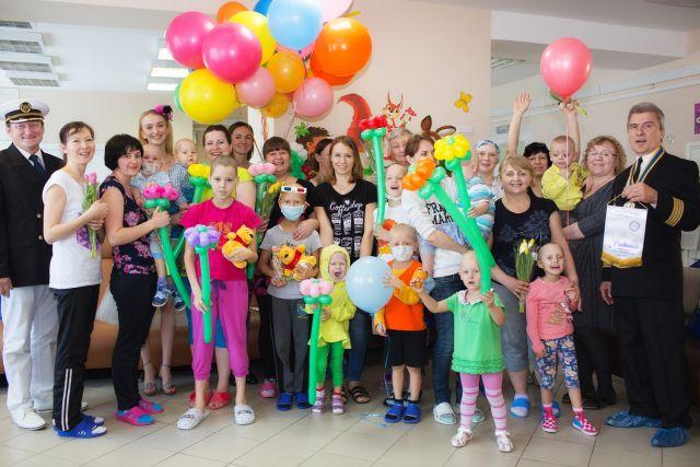 Добровольцы Гуманитарного добровольческого корпуса решили помочь маленьким пациентам.