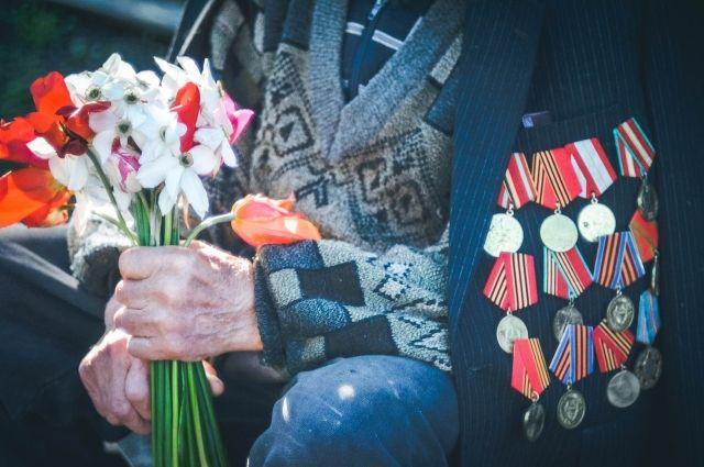 Вся грудь в медалях: в Тюмени ветерана ВОВ сняли заглядывающим в мусорницу
