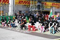 Гонщики «Формулы-1» встают на одно колено в поддержку движения Black Lives Matter.