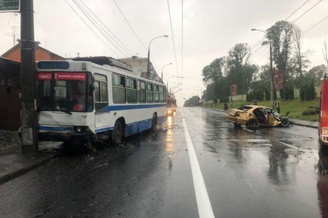 В Хмельницком столкнулись легковушка и тролейбус: пострадали три человека
