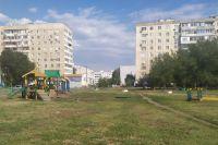 Огромный двор на улице Салмышской, 7 уже через пару месяцев превратится из зелёного пустыря в благоустроенную территорию.