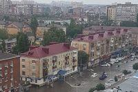 На улице Одесской в Краснодаре машины с капотом уходят под воду, 21.07.2020, около десяти утра.