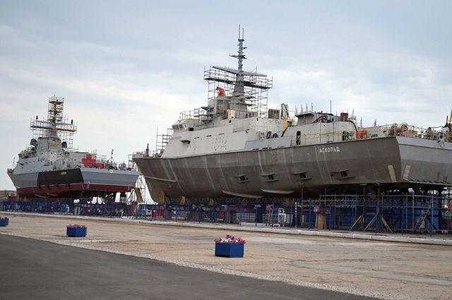 Строящиеся малые ракетные корабли «Циклон» и«Аскольд» настапелях судостроительного завода «Залив» вКерчи.