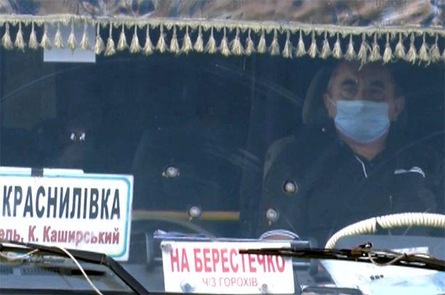 Мужчина в маске на водительском месте в автобусе, захваченном мужчиной, имеющим при себе взрывчатку и оружие.