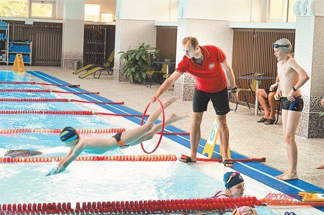 В центрах водных видов спорта на каждого посетителя должно быть отведено не менее 5 кв. м площади воды, или 10 «квадратов» дорожки бассейна.