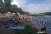 Жаркая погода не оставляет оренбуржцам выбора, многие готовы рисковать здоровьем, но находиться поближе к воде.