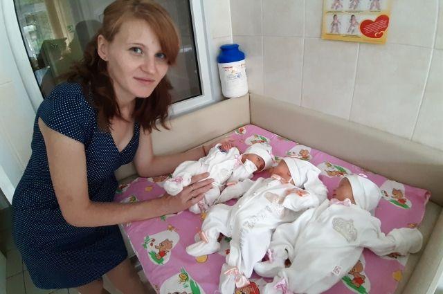 Семья уже воспитывает троих дочерей и двух сыновей.
