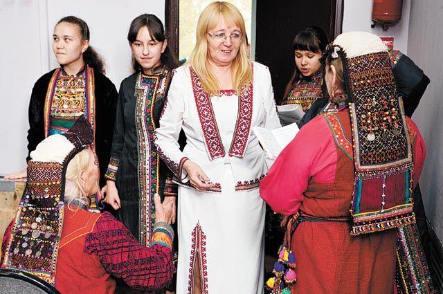 Раиса Попова (в центре) на творческой встрече марийцев Суксунского района и Перми.