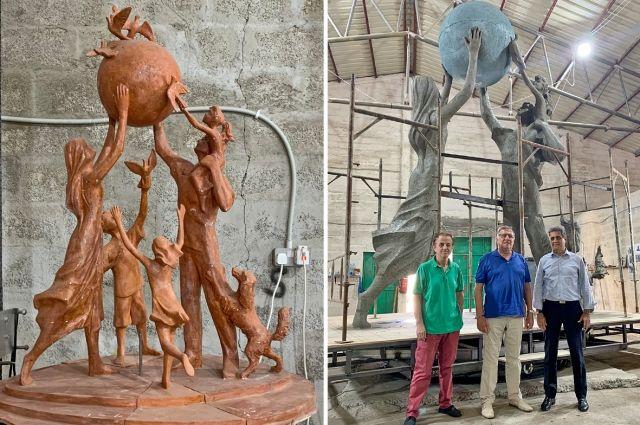 Памятник семье – это памятник победе во всех войнах на Земле, над всеми бедами человечества (В. Заренков на правом фото в центре).