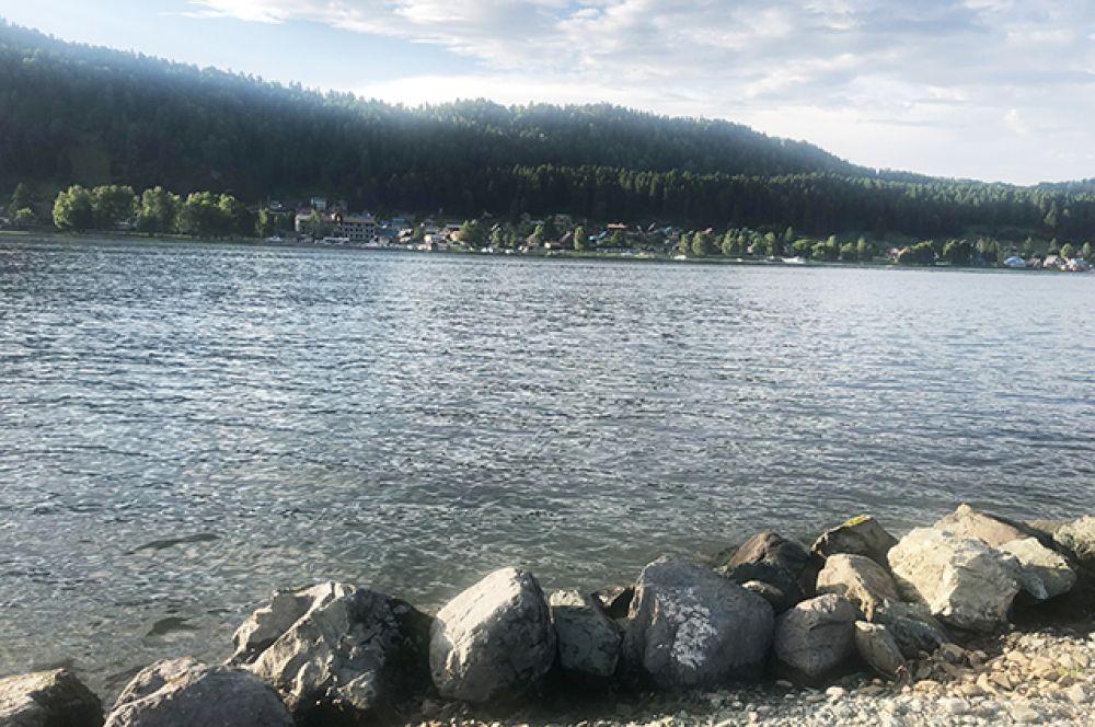 Вот так стоишь на берегу Телецкого озера и тихо радуешься, что снова видишь его так близко.