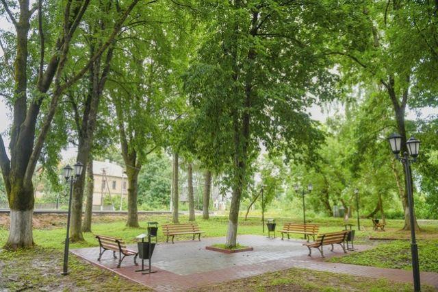 В сквере железнодорожного вокзала появилась уютная парковая зона.