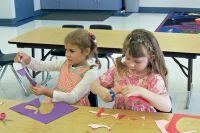 По рекомендациям Роспотребнадзора 12 малышей может принять одна группа. В крупном детском саду реально открыть до пяти групппри условии, что они не будут пересекаться друг с другом.