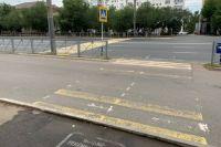 Пешеходный переход через проспект Терешковой в Оренбурге упирается в дорожное ограждение.